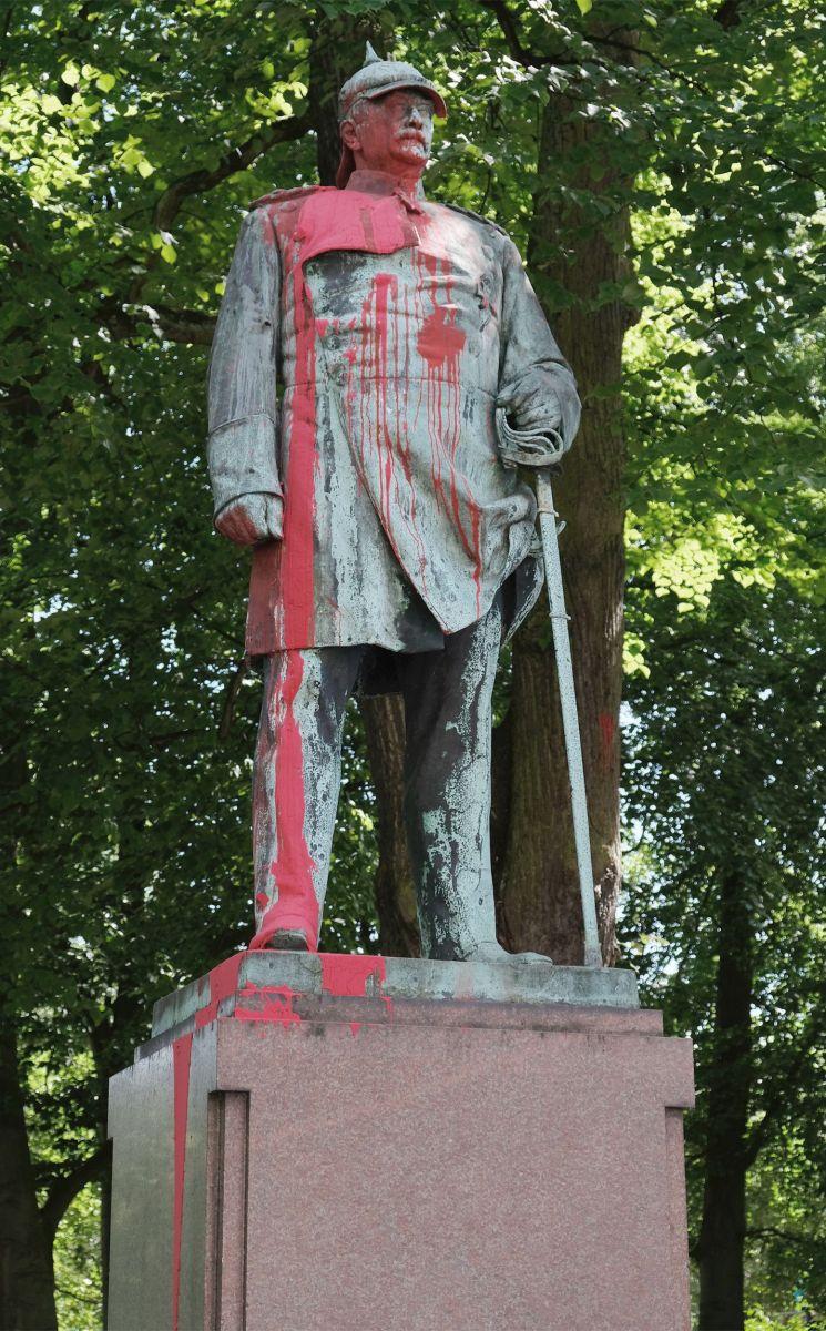 """Ataque com saco de tinta à estátua de Bismarck em Altona. Os protestos prosseguem. Em Altona, ainda mal os vestígios de um primeiro ataque com um saco de tinta tinham sido removidos deste monumento a Bismarck, quando a 20 de julho de 2020 é """"aplicada uma segunda demão"""" de tinta vermelha. Foto: © afrika-hamburg.de"""