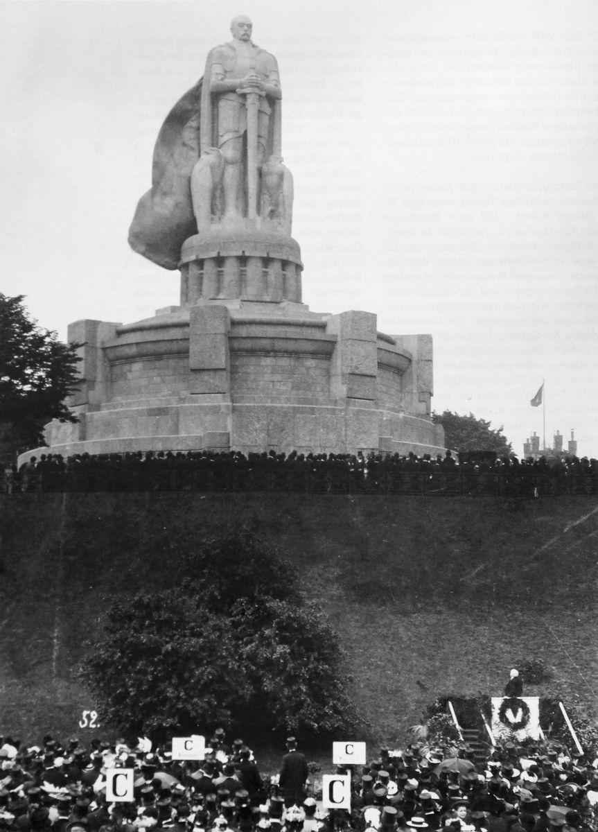 Inauguração do monumento, 1906. Inauguração do Monumento a Bismarck em Hamburgo a 2 de junho de 1906 Fonte: Jörg Schilling, Das Bismarckdenkmal in Hamburg [O Monumento a Bismarck em Hamburgo], © Arquivo Estatal de Hamburgo